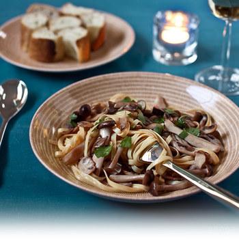 ブラウンはナチュラルなイメージの食卓にもよく合う色味。きのこたっぷりのパスタにはブラウンのアベックをチョイスしたら大正解ですね。