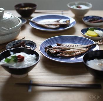 ごはんとお味噌汁を添えた日本らしい朝食の雰囲気に、違和感なくなじんでいるアベック。洋食にも和食にも使える一枚というのは、ひとつ持っていると便利な食器です。