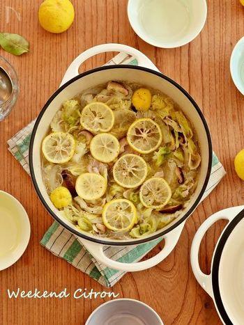 お鍋の定番「白菜×豚バラ」をゴマ油と柚子で風味豊かに仕上げたお鍋。少なめのお水で始めると、白菜から出た水分で濃厚なスープに仕上がります♪