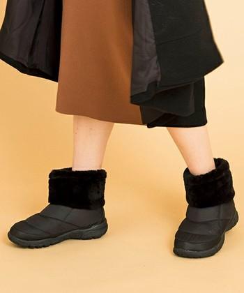 履き口にもこもこのエコファーがついているものも。女性らしさを演出しながらオールブラックで甘くなりすぎず、大人の女性に嬉しい履きやすいブーツです。