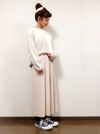 ホワイトプリーツパンツ×ホワイトセーターのピュアなコーデ。足元はグレーのコンバースでカジュアル感をプラスして。