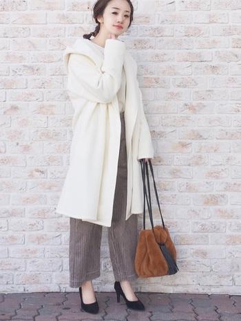 ホワイトコートは一瞬でホワイトコーデが完成する強力なアイテム。インナーにも白を使うことでより純粋で清楚なイメージに近づきます。