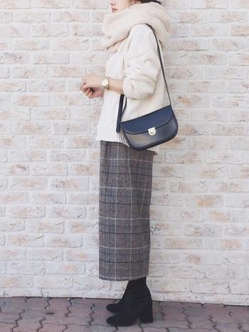グレーチェックのロングスカートにも合わせやすい白のセーター。マフラーも白にすることでよりピュアな印象に。  小物を黒で統一することで全体が引き締まります。