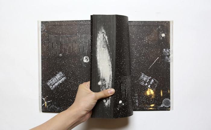 分厚い本の小口には、なんとアンドロメダ星雲が…!宇宙に対するただならぬ愛と畏敬の念がビシビシ伝わってくる破格の装丁です。それだけに大変高価な本ではありますが、たとえすぐには内容が理解できなくても、手放さずにずっと大切に持ち続けておきたい、まさに積読向きの本ではないでしょうか。