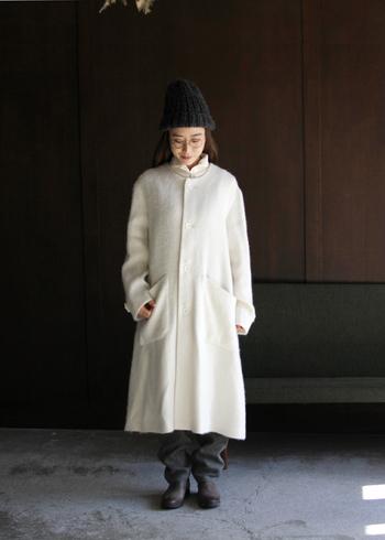 パンツスタイルにホワイトロングコートを羽織るだけ。シンプルでナチュラルな簡単ホワイトコーデの完成。