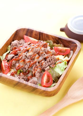 レンジで調理できる簡単タコライス♪お野菜もたっぷり入った嬉しいレシピです。材料もシンプルなので、覚えておくとメニューに困ったとき活躍してくれそうですね。