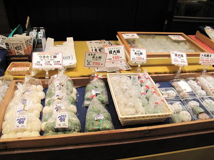 【「錦もちつき屋」の店頭に並ぶ餅菓子】