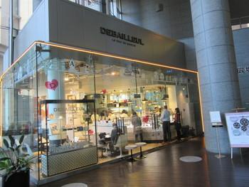 """丸の内オアゾの1Fにある『ドゥバイヨル』。JRの東京駅から歩いてすぐとアクセスが良いので待ち合わせにも便利です。ガラス張りの店内は、""""ブルジョワ ボヘミアン""""がコンセプト。ベルギー・ドゥバイヨル本社のクリエイティブディレクターが手掛けたインテリアデザインは上品な雰囲気です。"""