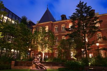 建物がライトアップされた夜の姿もステキ。都心にいながら静かで緑豊かな敷地なので、お散歩にもぴったりです。