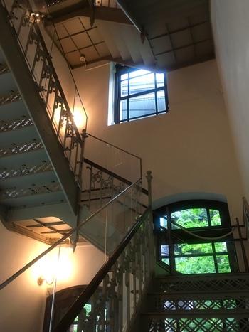 建物は、19世紀後半の英国で流行したクイーン・アン様式。復元する際、階段の手すりの石材など、保存されていた部材を一部再利用するなど随所にこだわりが見受けられます。建築に詳しい方もそうでない方も、その美しさに圧倒されるはず。