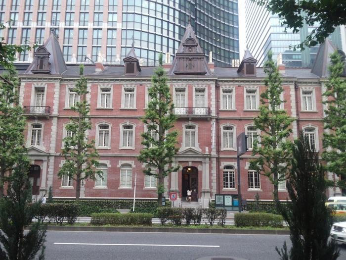 赤レンガが特徴的な三菱一号館美術館は、東京駅から歩いて5分ほどのところにあります。目を惹く外観なので、初めて訪れる方も迷わず到着できます。  「三菱一号館」は、1894(明治27)年に英国人建築家ジョサイア・コンドルが設計した洋風事務所建築を復元した建築物です。 歴史の背景に想いを馳せながら、美術館を巡ってみてはいかがでしょうか?