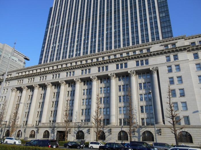 三菱一号館美術館と同じ並びにある『明治生命館』もおすすめです。近代的なビルが立ち並ぶ中、ひときわ目立つ歴史のある建物なので、目にしたことのある方も多いのでは?  1934年(昭和9年)に竣工されたこの建物は、元々アメリカ極東空軍司令部として使用されていましたが、1956年(昭和31年)に返還されました。昭和の歴史を乗り越えてきた歴史的な建造物の一部は、無料で一般公開されています。