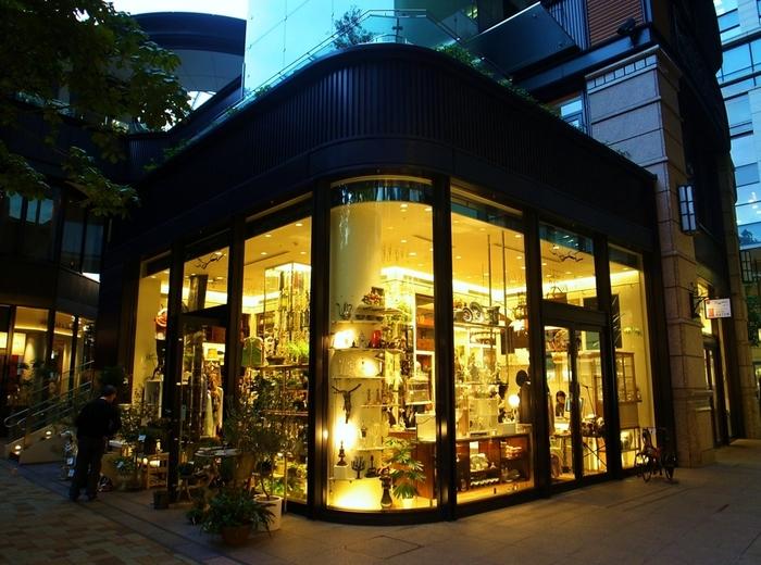 """ヴィンテージ好きな2人なら、丸の内ブリックスクエアの1階にある『PASS THE BATON』がおすすめ。""""NEW RECYCLE""""をコンセプトにした、従来の高級品や低価格な品物だけを販売するショップとは全く異なるリサイクルを提案するお店です。"""
