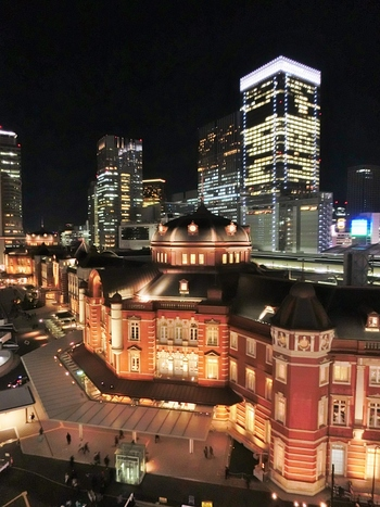 東京ステーションホテルのあたたかな光が、寒い冬の夜をほっこりとさせてくれそう。遠くに見える高層ビルの灯りとのコントラストも美しいですね。