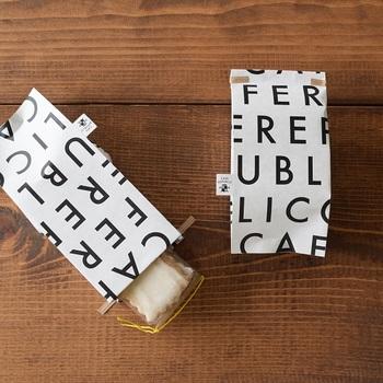 英字デザインがおしゃれなKNOOPWORKSの「ペーパーバッグ」。しっかりとしたクラフト紙なので、クッキーなど壊れやすい手作りスイーツを入れるのにぴったりです。
