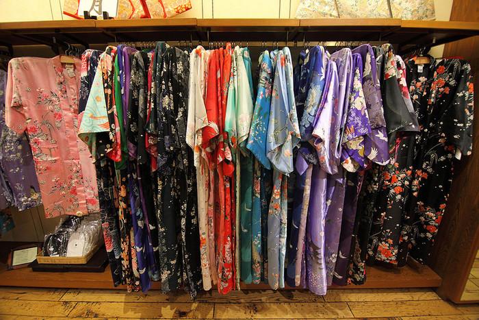 レンタルですと、様々な色や柄から選べるので、自分にどんな着物が似合うのか試せるメリットがあります。洋服にはない独特の色合わせを楽しめるのも着物の魅力ですので、色々チャレンジしてみるのも楽しいですよ。