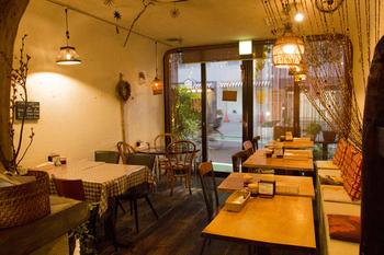 白い壁とブラウンの家具がカフェのよう。店内のあちこちにドライハーブが吊るしてあったり、間接照明があったりと女性ひとりでも入りやすいアットホームな雰囲気です。