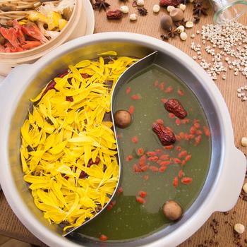 名物の「薬膳鍋」は薬膳師・薬剤師が監修したメニュー。デトックスや美肌など、お悩みに合わせた2つのスープをセレクトすることができます。  たとえば、八角や山椒、なつめ、クコの実などのたっぷりブレンドしたスパイシーなスープ。薬膳鍋はニオイがきつそう…と思われるかも知れませんが、意外にクセがなくスープを全部飲みほしてしまったという方もいるほどやみつきになります。