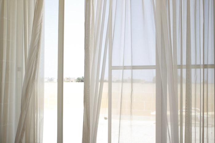 霧吹きを掛ける布製品で、特におすすめなのがカーテンです。カーテンは広げると大きいので、まんべんなく霧吹きを吹きかけると保湿効果が期待できます。日中はレースカーテンに、夜には遮光カーテンに吹きかけると一日中加湿することができますね。
