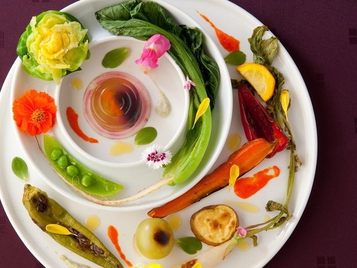 薬膳はアジアンテイストが主流というイメージを覆すお料理の数々。楽しく食べてほしい…というシェフの想いが伝わってくるような盛り付けの美しさや繊細な味付けは、虜になること間違いなし。
