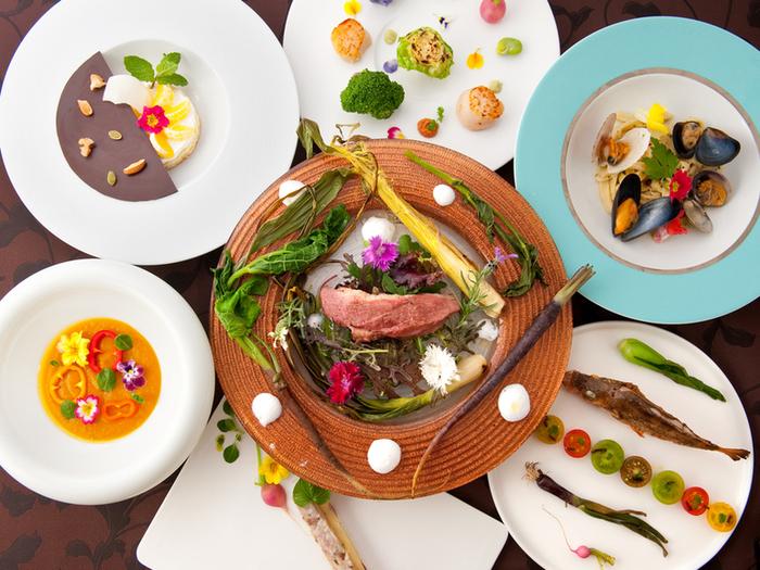 """「美しすぎる」「芸術作品のよう」とSNSでも注目されているお料理の数々。フランスの2つ星レストランで修業を積み、帰国後もホテルの総料理長などを歴任したシェフが考案するお料理は、日本人に受け継がれた美意識と旨味、そして薬食同源を取り入れた""""見て美しく、食べて美味しく、身体に良い""""がコンセプト。"""