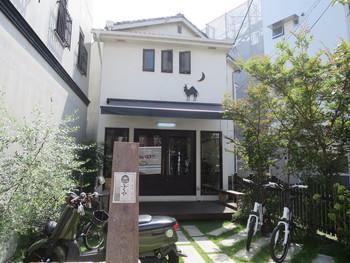 鎌倉駅から徒歩約7分。鎌倉と長谷をつなぐ由比ガ浜通りにある「Hostel YUIGAHAMA(ホステル由比ヶ浜)+ SOBA BAR」。古い蔵のような建物をリノベーションした施設で、その名の通りホステルと、SOBA BARの「ふくや」を併設しています。 「ふくや」は、山形そばと日本酒を提供するお店で、鎌倉市大町にも店舗を構えています