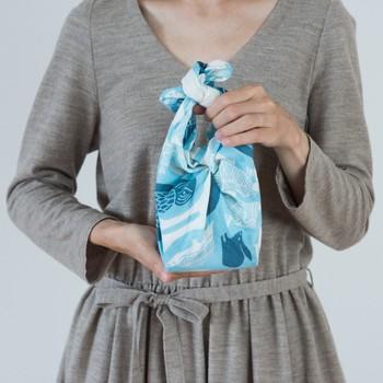 tenp01というシリーズは綿100パーセントのダブルガーゼを使った正方形の布シリーズです。S、M、Lの3サイズ展開です。