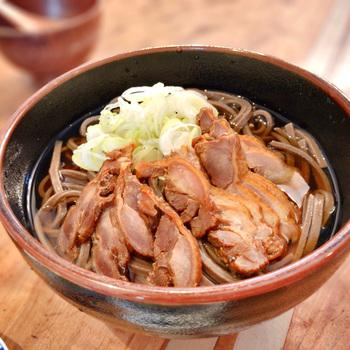 山形名物「肉そば」も、ぜひ食べていただきたい一品。鶏とかつおの合わせだしと一緒に、太い田舎蕎麦、チャーシューを楽しめます。 お店は、ローカルフードと日本酒が楽しめるバーとあって、夜のお食事時もにぎやか。地元の方と素敵な出会いや、時間を忘れる楽しい会話が生まれそうですね。