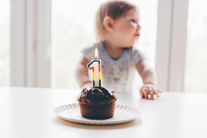 """海外では1歳の誕生日に「スマッシュケーキ」をプレゼントするのがブーム。「スマッシュ」とは""""壊す""""という意味があり、赤ちゃんが手づかみで頬ばるケーキをさします。顔中クリームだらけになりながら、夢中で頬張る姿がとっても可愛い♪赤ちゃんの健康を考えて、オーガニックな原料を使ったケーキを選びます。床やテーブルにシートやペーパ―を敷いて汚れても大丈夫なように準備してあげてくださいね。"""