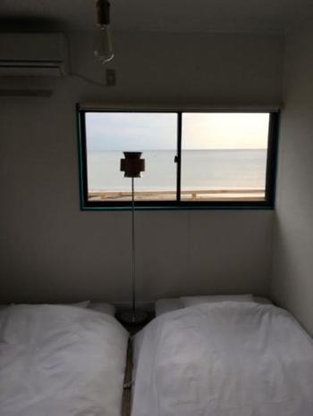 宿泊スペースは和室、二段ベッドの個室など、それぞれ部屋単位での貸し出しになっています。プライベートな滞在にぴったりですね。 朝は、朝陽の光で自然に目が覚めることでしょう。波や風の音といった自然のリズムに寄り添って、心地よく過ごせます。 まさに海の街で暮らしている気分を満喫できるのでは。
