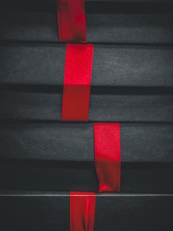 プレゼントに赤い糸orリボンを括り付け隠したら、廊下や部屋にもプレゼントにつながった赤い糸orリボンを張り巡らせます。彼が来たら、赤い糸orリボンの先端を彼の小指に括り付けてプレゼント探しの始まり!