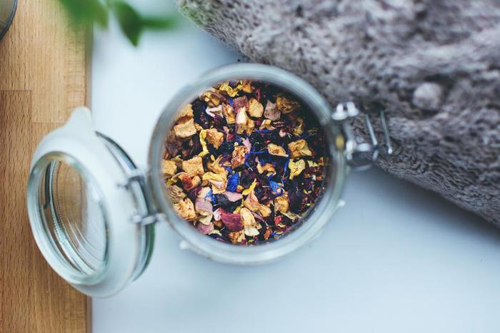 そのままでもおいしい紅茶ですが、より香りを深めるために、中には香りの素材をプラスした紅茶もあります。有名なのが、アールグレイ。これは、茶葉にベルガモットの香りをつけたものです。フレーバードティーは主にフランスで作られていて、さらに複雑な味と香りを楽しむことができます。