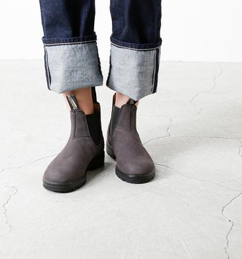 歩きやすいだけでなく、オシャレでこなれた雰囲気も演出できるのがサイドゴアブーツのいいところ。こちらは日本でも人気の高い、オーストラリアの老舗ブランド「Blundstone(ブランドストーン)のブーツ。ありそうでない、ヌバックレザーを使用した重厚感たっぷりの一足です。  撥水加工が施されていて、急な雨でも安心◎。独自に開発したインソールは耐久性に優れており、長時間履いていても疲れにくくなっています。