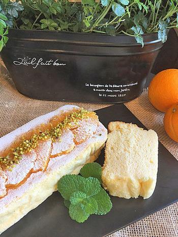 生地の中にはオレンジ果汁、トッピングにもオレンジをそのまま使ったスフレケーキ。フレッシュ&フルーティー感いっぱいです。細長いパウンド型なので、およばれの手土産にもぴったりですね!