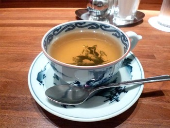 紅茶の中でも、ダージリン、ウバ、キーマンの3種類は、世界三大紅茶と呼ばれています。その中でも、特に有名なダージリンは、インドの北東部にあるダージリン地方で採れる紅茶です。芳醇な香りとまろやかな口当たり、シャンパンのような水色が特徴です。採れた時期によって、ファーストフラッシュ、セカンドフラッシュなどと呼ばれ、それぞれ味が異なるのも魅力です。