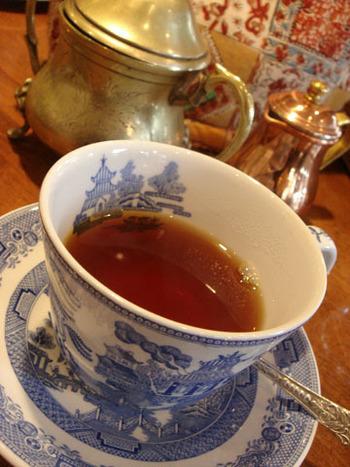 セイロン島の南東部にあるウバ地方で採れる紅茶です。水色は、深い赤みのオレンジ色。花のような香りと、渋みがあるパンチが効いた味わいが特徴です。味がしっかりとしているので、ミルクティーにしても美味しくいただけます。品質の良いウバは、注ぐとカップの中に深い色のゴールデンリングが見られます。
