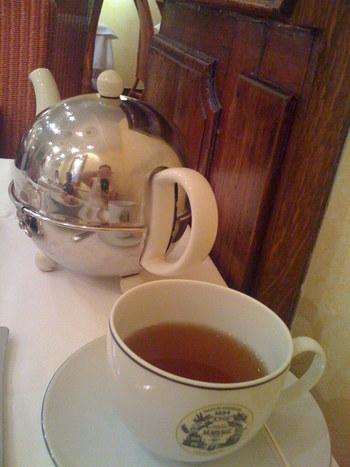 中国の安徽省、祁門(キームン)県で採れる紅茶です。水色は、黄色みがかった褐色。スモーキーで渋みが少なく、花のような甘い味が楽しめます。一番の特徴は、キームンと呼ばれるスモーキーな香り。その香りは、バラや蘭など花にたとえられる程、芳醇です。他の2種よりも個性的なので、好みが大きく分かれるようです。