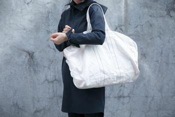 丈夫な8号帆布を製品洗いし、やわらかさと独特の風合いを出したボストントートバッグ。軽くて丈夫、しかも綿100%で優しい肌当たりです。身軽にオシャレに旅行したい方におすすめのトートは、普段使いもできるのがうれしいポイントです!