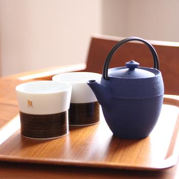 紅茶が最も美味しくなる温度は、95℃~98℃。沸騰したお湯は100℃だから十分でしょう?と思われますが、ポットが冷めていると、注いだ途端に10度近く下がってしまいます。お湯を注ぐ前に、しっかりとポットを温めておくことが大切です。