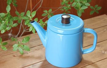 紅茶大国イギリスでは、おいしい紅茶を淹れるためのゴールデンルールが定められています。 ①良質な茶葉を使う。 ②フタのある温めたティーポットを使う。 ③茶葉の量を守る ④汲み立てのお水をしっかり沸騰させて使う ⑤しっかりと蒸らす これらを抑えて、おいしい紅茶を淹れてみましょう。