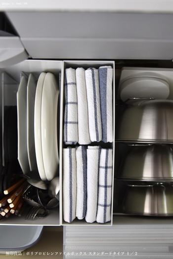 お皿を拭いたり、キッチンまわりを拭いたり…毎日使うけれどなかなか置き場所が見つかりにくいキッチンタオル。折り畳んで立てて収納すれば、どれくらい残っているかも一目でわかります。