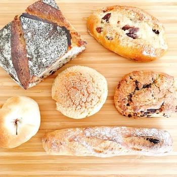 朝早いにもかかわらず、シンプルで飽きのこない「毎日食べたくなる」パン達がずらりと並びます。 チョコフランスは、外側はパリッと中はモチモチの食感♪パンとチョコソースとの相性が抜群です。