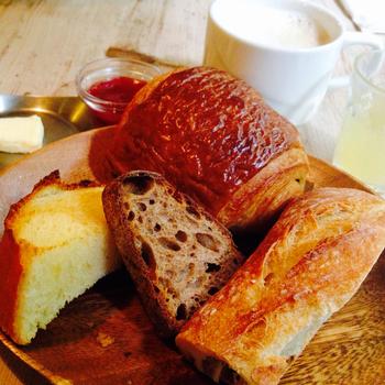モーニングメニューのパリの朝食セット。 パンの盛り合わせ、温かい飲み物、小さなジュースがセットになってます。 他には、オムレツやサラダセットも。 ドリンクを注文すれば、ベーカリーのパンをこちらのカフェで食べることもできますよ。