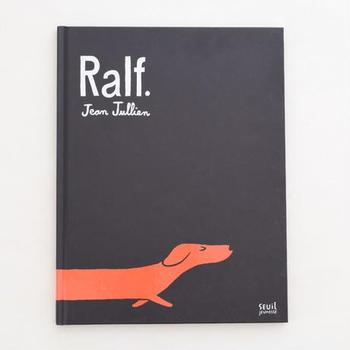 フランス出身のグラフィックデザイナーが手がけた絵本。子犬ラルフは、胴長の体で生活圏を歩き回るゆえに、家族から疎まれていました。ある日火事が起きて…。ラルフの胴がどんどん伸びて思いがけない活躍をするユーモア溢れる絵本です。洗練されたイラストレーションで、表紙からしてポスターのよう。