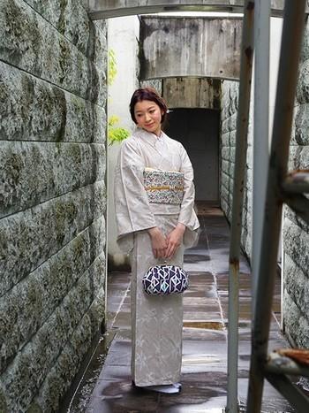 同色系の淡いグレーベージュの着物と帯。優しい雰囲気ですね。
