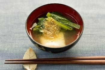名古屋のお雑煮は正月菜とお餅が入ったシンプルなお雑煮です。正月菜とは愛知県で栽培されている小松菜のような青菜で、年末になるとスーパーに並ぶ季節感のある食材です。