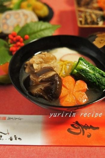かつお菜の入ったお雑煮も博多らしいお雑煮です。かつお菜は、九州の伝統的な青菜で冬が旬のお野菜です。独特の辛みがあります。瑞々しいグリーンのかつお菜を入れると彩りも美しく仕上がりますね。