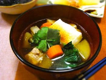 たっぷりのお野菜が入った関東風のお雑煮。三つ葉と柚子を飾ってあげると、より上品な仕上がりになります。