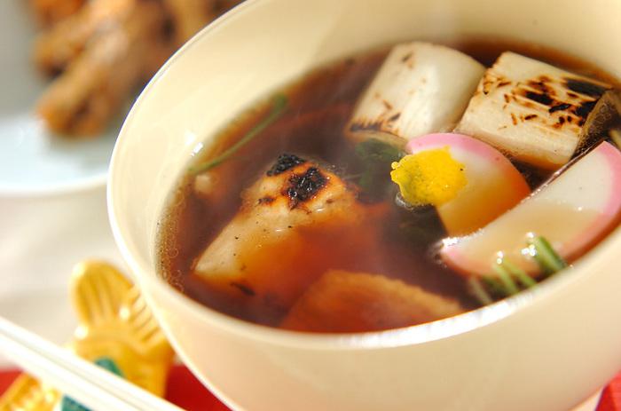 鴨とネギという相性の良い具材を入れたお雑煮です。かまぼこや水菜をくわえて、ボリュームもプラスしました。鴨とネギのジューシーな旨みにお餅もよく合います。