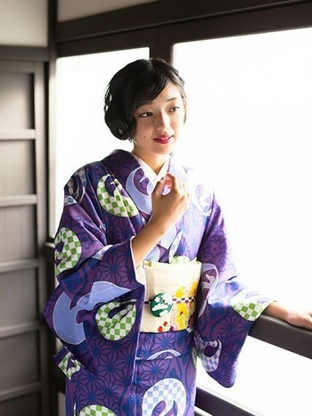 雲が描かれたポップな帯留めをアクセントに。妖艶になりがちな紫の着物もキュートに着こなせます。